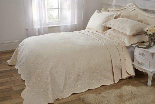 Quilted Paisley Motif Bedspread Set in Cream