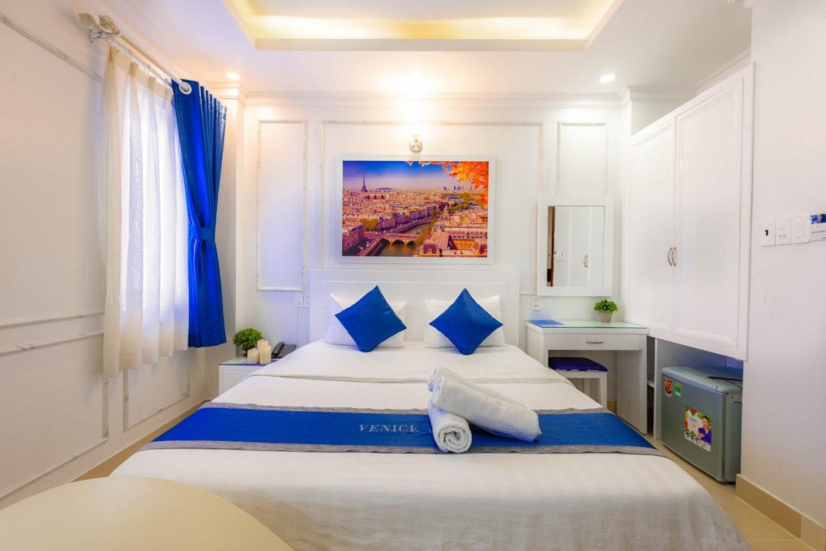 venice-hotel-white-bedding